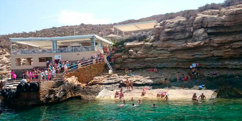 Bathers at the foot of the restaurant on the island of Benidorm